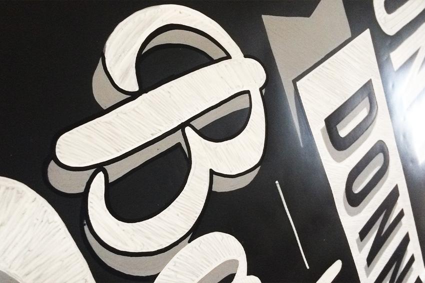 détail Panneau La cabionnette lettering création design Nicolas Sinic